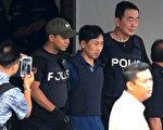 3月3日,马来西亚警方因证据不足,释放了金正男遇刺案落网的朝鲜嫌犯李钟哲(图正中),并将其驱逐出境。(MOHD RASFAN/AFP/Getty Images)