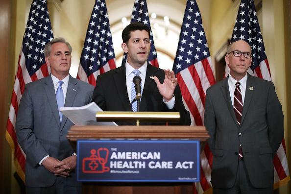 预计新医保将会在2020年以前增加民众必须支付的平均保费,但之后会降低。 (Photo by Chip Somodevilla/Getty Images)