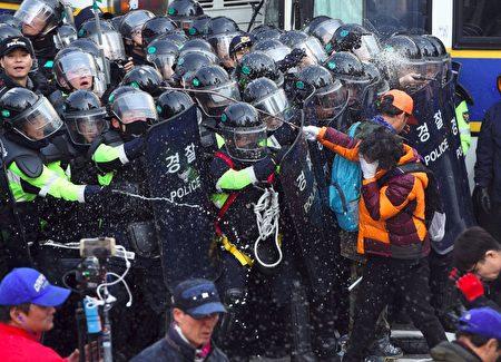 韩国总统朴槿惠的弹劾案确认通过后,场外不同立场的民众爆发冲突,与警察对峙。(Chung Sung-Jun / Getty Images)