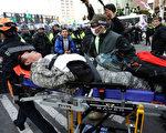 韓國總統朴槿惠的彈劾案確認通過後,場外不同立場的民眾爆發衝突,多人受傷,2人死亡。圖為現場受傷民眾。(Chung Sung-Jun / Getty Images)