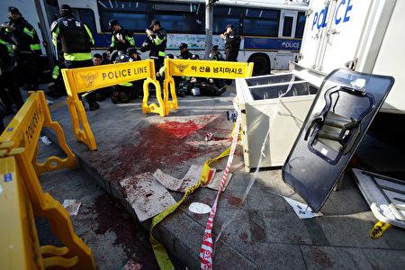 韓國總統朴槿惠的彈劾案確認通過後,場外不同立場的民眾爆發衝突,多人受傷,2人死亡。現場血跡斑斑。(Chung Sung-Jun / Getty Images)