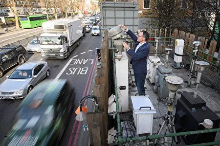 伦敦国王学院的专家利用它们检测这条街道上空气污染的情况。( Leon Neal/Getty Images)