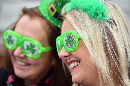 兩名女孩戴著愛爾蘭三葉草形狀的眼鏡觀看Cheltenham 賽馬( GLYN KIRK/AFP/Getty Images)