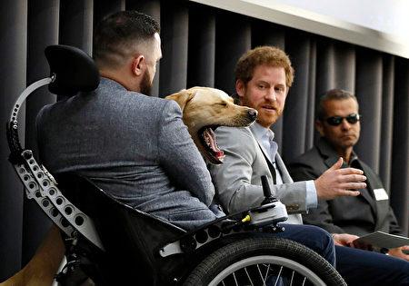 「王子殿下,討論太無聊了,什麼時候開飯啊?」( KIRSTY WIGGLESWORTH/AFP/Getty Images)