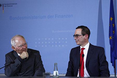 姆钦(右)周四在与德国财政部长朔伊布勒(左)的新闻发布会上强调说,川普总统认为贸易对经济增长很重要,并没有进入贸易战的愿望。 (Photo by Michele Tantussi/Getty Images)