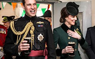 圖為威廉王子度假歸來後與凱特一起參加公開活動,與軍人們一起喝了一杯。(Richard Pohle - WPA Pool/Getty Images)