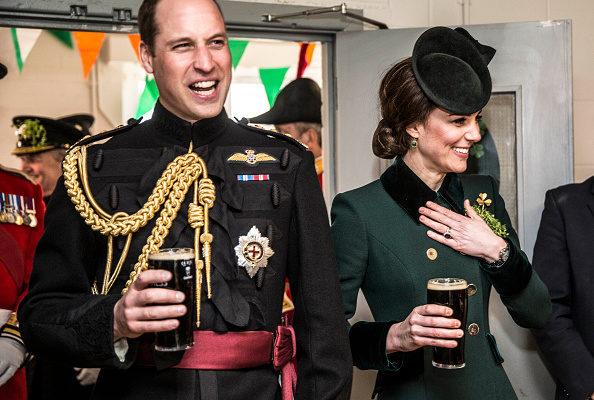 图为威廉王子度假归来后与凯特一起参加公开活动,与军人们一起喝了一杯。(Richard Pohle - WPA Pool/Getty Images)