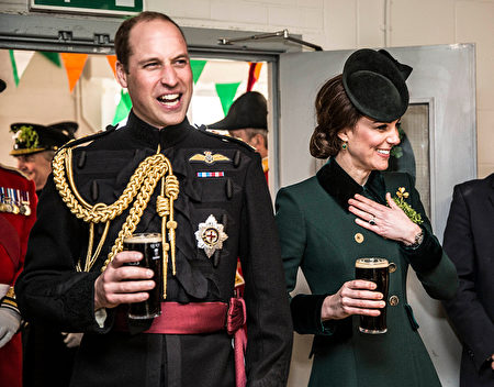 LONDON, ENGLAND - MARCH 17: Prince William, Duke Of Cambridge and Catherine, Duchess of Cambridge take a drink of Guinness as they meet with soldiers of the 1st battalion Irish Guards in their canteen following their St Patricks day parade at Cavalry Barracks on March 17, 2017 in London, England. (Photo by Richard Pohle - WPA Pool/Getty Images)