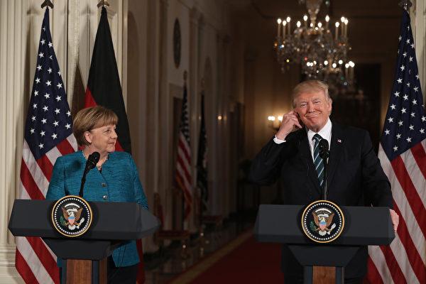 川普週六(18日)發表推文說,他與德國總理默克爾的會談「很棒」,駁斥了媒體之前報導的「不和」,川普稱之為假新聞。(Justin Sullivan/Getty Images)