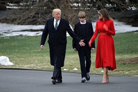 川普、第一夫人及小儿子出发前往佛州。(Chip Somodevilla/Getty Images)