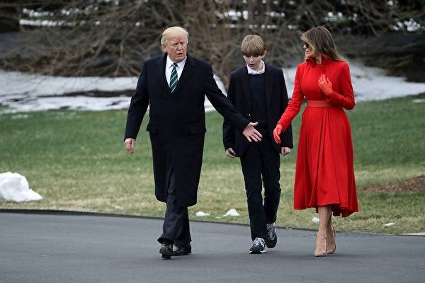 川普、第一夫人及小兒子出發前往佛州。(Chip Somodevilla/Getty Images)