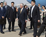 美國國務卿蒂爾森(中)於2017年3月18日下午抵達北京,將在中國進行兩天的區域安全及經濟等議題的外交會談。(Mark Schiefelbein - Pool/Getty Images)