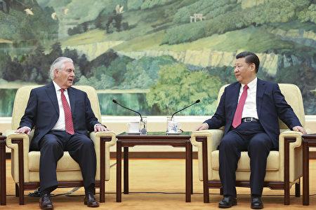 美国国务卿蒂勒森和中共主席习近平周日(3月19日)抛开分歧,公开展示合作姿态。 (Lintao Zhang/Getty Images)