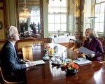 負責協調組織新執政聯盟的荷蘭健康大臣席佩斯(右),在開始協調工作前,需與荷蘭各政黨逐一會談。圖為她與PVV黨魁威爾德斯於3月2日在海牙會面。(JERRY LAMPEN/AFP/Getty Images)