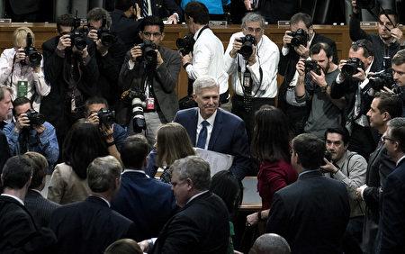 戈萨奇是川普在1月末提名的替代去年去世的保守派大法官斯卡利亚(Antonin Scalia)的人选。如果通过参议院确认,戈萨奇将会是25年来最年轻的大法官。 (Photo by Brendan Smialowski-Pool/Getty Images)