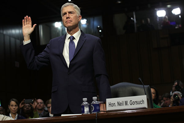 美國參議院司法委員會週一(20日)對川普(特朗普)提名的最高法院大法官人選戈薩奇(Neil Gorsuch)進行首次聽證。(Photo by Alex Wong/Getty Images)