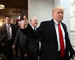 周二(3月21日),川普与共和党人就健保法案座谈后,出门时做出支持的手势。(Mark Wilson/Getty Images)