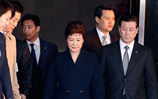 韓國檢方今天(27日)上午針前總統朴槿惠向首爾中央地方法院提請逮捕令。圖為朴槿惠3月21日首度接受檢方訊問。Jeon Heon-Kyun-Pool/Getty Images)