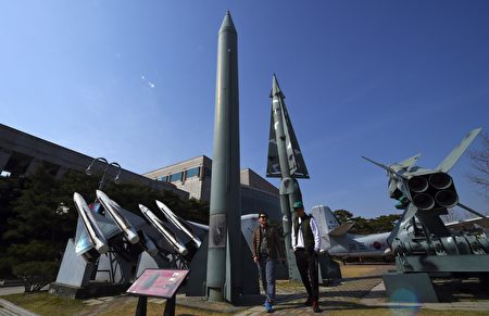 数名美国官员表示,朝鲜在24日晚间进行火箭发动机测试,这是一个月内的第二次测试,该发动机可以用于洲际弹道飞弹(ICBM)上。(JUNG YEON-JE/AFP/Getty Images)