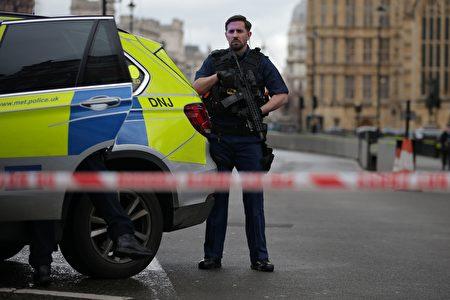 英国议会大楼外22日下午传出枪响,多人受伤,目前国会大厦西敏宫(Palace of Westminster)暂时关闭,严加戒备。 (Photo credit should read DANIEL LEAL-OLIVAS/AFP/Getty Images)