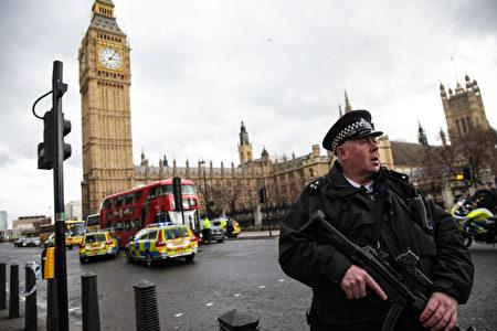 英国议会大楼外22日下午传出枪响,多人受伤,目前国会大厦西敏宫暂时关闭,严加戒备。 (Photo by Jack Taylor/Getty Images)