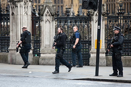 LONDON, ENGLAND - MARCH 22: Armed officers attend to the scene outside the Houses of Parliament on March 22, 2017 in London, England. A police officer has been stabbed near to the British Parliament and the alleged assailant shot by armed police. Scotland Yard report they have been called to an incident on Westminster Bridge where several people have been injured by a car. (Photo by Jack Taylor/Getty Images)
