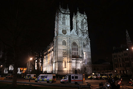 夜幕低垂,议会大楼外警车仍未离去。(Jack Taylor/Getty Images)