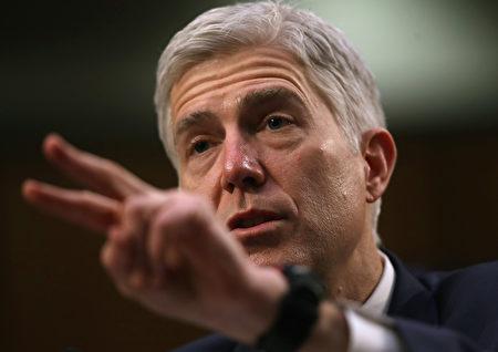 戈萨奇——第十巡回上诉法院法官,在参议院司法委员会面前经过了三天的艰苦听证,基本上毫发无损。 (Justin Sullivan/Getty Images)