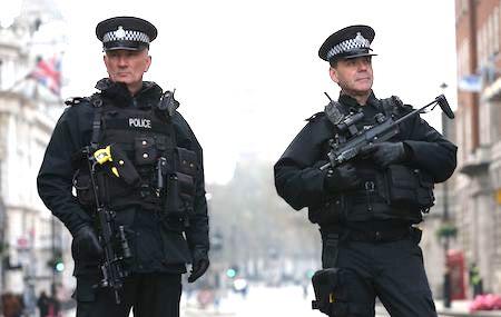 3月23日,英国武装警察驻守国会大厦附近,保护该地区。(DANIEL LEAL-OLIVAS/AFP/Getty Images)