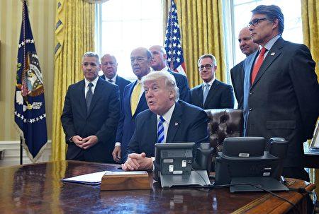 周五(3月24日),总统川普正式批准加拿大横加公司(TransCanada)的Keystone XL pipeline项目,该项目历经9年、三任总统终获批。左一为公司CEO Russell Girling。(MANDEL NGAN/AFP/Getty Images)
