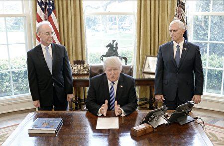 """对未能获得党内保守派的支持,川普表示有一点失望,并说""""但他们还是我的朋友""""。他同时感谢瑞安以及普莱斯的努力。 (Photo by Olivier Douliery-Pool/Getty Images)"""