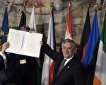 """欧盟27国领导人周六(3月25日)齐聚意大利罗马,纪念《罗马条约》签署 60周年,发布千字宣言,誓言""""团结一心,欧洲是我们共同的未来""""。(TIZIANA FABI/AFP/Getty Images)"""