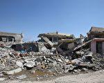 伊斯兰国(IS)恐怖分子为了防止盟军的空袭,强迫平民进入摩苏尔西部的一所建筑内,将其作为人盾,然后对伊拉克部队发动攻击。本图为被战火夷为平地的摩苏尔民房。(AHMAD AL-RUBAYE/AFP/Getty Images)