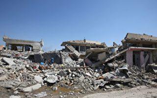 美軍發言人史克羅卡上校於2017年3月30日表示,美國偵察機拍到伊斯蘭國極端組織強迫摩蘇爾的平民進入建築物,該組織再與政府軍作戰,引誘美軍空襲和殺害無辜平民。本圖為被戰火夷為平地的摩蘇爾民房。(AHMAD AL-RUBAYE/AFP/Getty Images)