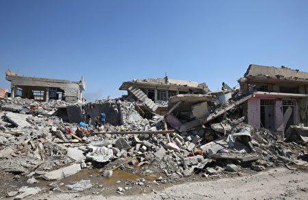 伊斯蘭國(IS)恐怖分子為了防止盟軍的空襲,強迫平民進入摩蘇爾西部的一所建築內,將其作為人盾,然後對伊拉克部隊發動攻擊。本圖為被戰火夷為平地的摩蘇爾民房。(AHMAD AL-RUBAYE/AFP/Getty Images)