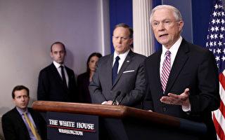 """美国司法部长塞辛斯(右)周一(27日)在白宫日常新闻简报中强调说,司法部今年将扣押甚至追回对那些保护非法移民的""""庇护城市""""提供的经费。 (Photo by Win McNamee/Getty Images)"""