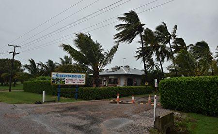 四级飓风黛比在3月27日登录昆州北部,时速达263公里。当局警告民众要星期三之前都不要外出。(PETER PARKS/AFP/Getty Images)