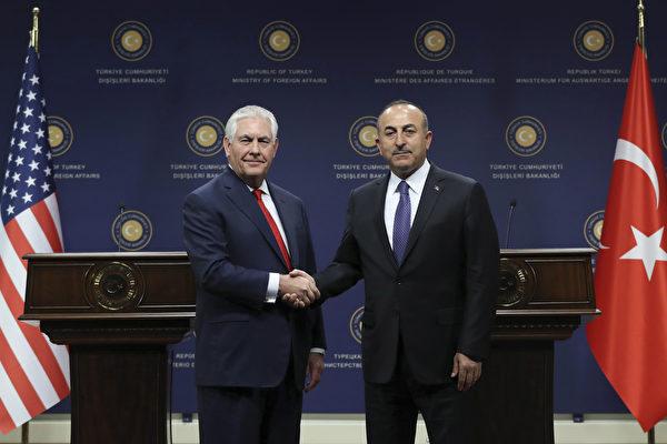 美國國務卿蒂勒森3月30日訪問土耳其,和土國外長卡夫索格魯舉行新聞發布會。(ADEM ALTAN/AFP/Getty Images)