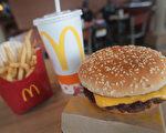 美国知名快餐连锁店麦当劳(McDonald's)周四(3月30日)宣布,明年开始,招牌四盎司牛肉堡(Quarter Pounder)不再使用冷冻牛肉,改采新鲜牛肉。(Scott Olson/Getty Images)