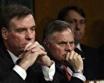 3月30日,参议院情报委员会就俄罗斯干预美总统大选进行第一次公开听证。图为主席伯尔(Richard Burr、共和党人,右一)和副主席华纳(Mark Warner、民主党人,左一)在听证会现场。(Win McNamee/Getty Images)