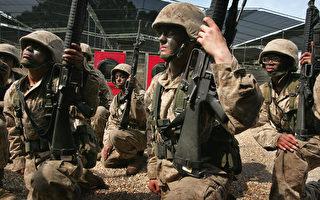 美国海军陆战队发言人艾维斯于2017年3月5日表示,海军刑事调查局已针对有人在网络散播退役及现任海军陆战队女队员的裸照一案展开调查。本图为2007年3月8日,美国女海军陆战队队员在南卡罗来纳州的帕里斯岛接受军事训练。(Scott Olson/Getty Images)