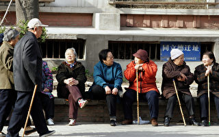 Beijing, CHINA: A group of elderly Chinese people enjoys a day in Beijing, 07 April 2007.  China will expand its social security fund to at least 200 billion USD within a decade in a bid to meet the surging demand for pensions from its aging population, as the country currently has 144 million people who have already passed their 60th birthday, accounting for half of Asia's entire population in that age group, while another 100 million will be added roughly every 15 years and after 2030 the population that will be in the labour force to support those who are either too young or too old to work will shrink to less than half.    AFP PHOTO (Photo credit should read AFP/AFP/Getty Images)