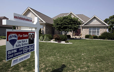 A home sits for sale 25 July, 2007 in Batavia, Illinois a suburb outside of Chicago. The US Federal Reserve took emergency action 17 August, 2007 to calm fears of a credit crunch sweeping global markets as it cut its discount rate for commercial banks to bolster economic growth. Mounting home foreclosures, which have forced dozens of mortgage lenders out of business and triggered multibillion dollar losses for large hedge funds that bought mortgage-backed securities, have forced banks to tighten their lending standards.AFP PHOTO/FILES/JEFF HAYNES (Photo credit should read JEFF HAYNES/AFP/Getty Images)