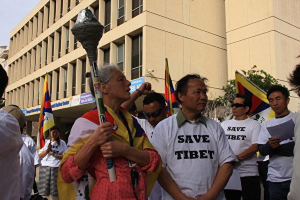 高举自由火炬支持藏人追求宗教与文化由的莱斯莉.李维(Leslie Levy)与六四艺术家陈维明。(徐绣惠/大纪元)