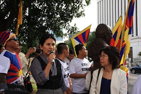 """3月10人,数十名南加藏人在洛杉矶中领馆前纪念""""西藏抗暴""""58周年。图为南加藏人协会主席Yangchen Gakyil在发言。(徐绣惠/大纪元)"""
