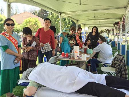 徐林宝师傅每周日坚持做义诊,尽量多帮助社区民众。(湾区痛症治疗,爱心疼痛中心提供)