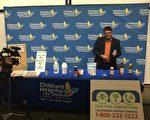 儿科医学毒物学家阮根(Cyrus Rangan)介绍容易被儿童误食的商品。(王姿懿/大纪元)