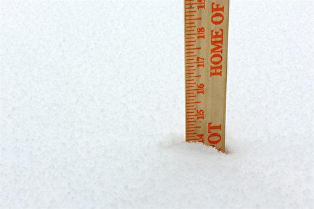 到中午的時候,紐約上州橙縣(Orange County)降雪量達到14吋。(讀者提供)