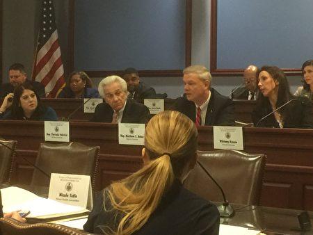 賓州眾議院健康委員會2017年2月8日舉行關注中共強摘器官的聽證會。中排右二為27號決議案發起人、眾議院健康委員會主席貝克議員。(莉雅/大紀元)