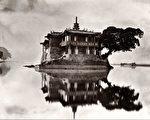 "纽约亚洲艺术周""早期中国摄影精品展""展品:约翰‧汤姆森(John Thomson),《岛屿之塔》(Island Pagoda),出自《福州与闽江》(Foochow and the River Min),摄于约1873年,碳素印相。(Courtesy of the Stephan Loewentheil Historical Photography of China Collection)"